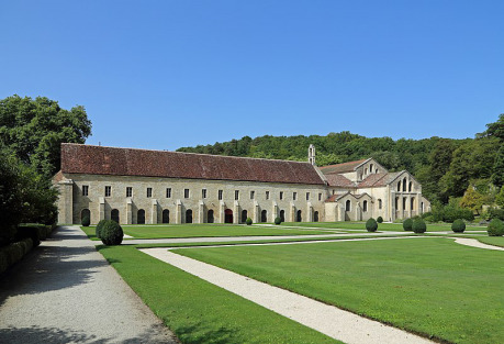 "Abbaye de Fontenay, Mark Ryckaert, <a href=""https://creativecommons.org/licenses/by-sa/4.0"">cc by-sa 4.0</a> (Zdroj: <a href=""https://en.wikipedia.org/wiki/Abbey_of_Fontenay#/media/File:Abbaye_de_Fontenay_R01.jpg"">Wikimedia Commons</a>)"